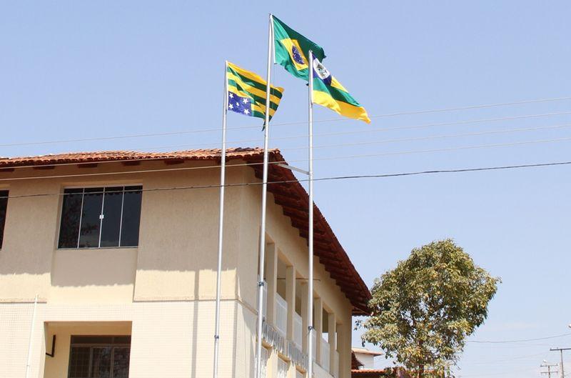 Bandeira de Goiás é içada de ponta cabeça na Câmara Municipal de Carmo do Rio Verde