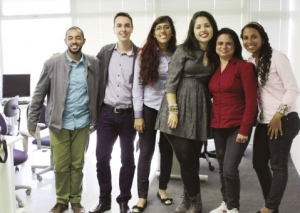 Sarah Teófilo (no centro) e os outros cinco finalistas do 2º Prêmio Tetra Pak de Jornalismo Ambiental