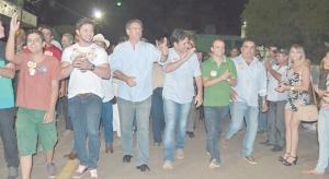 O candidato ao governo Marcelo Miranda (PMDB), em dois momentos da campanha: com seu vice, Marcelo Lelis (PV), e em caminhada, sentindo o ânimo da população tocantinense