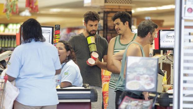 Cauã Reymond faz compras com irmão de Grazi e reacende boatos sobre reconciliação