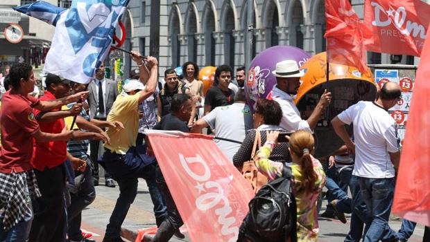 Bandeiras de Dilma e Aécio são utilizadas como armas em briga entre militantes na capital paulista