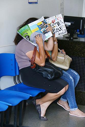 Mãe e prima de Tiago Gomes da Rocha tapam rostos na Denarc | Foto: Fernando Leite/Jornal Opção
