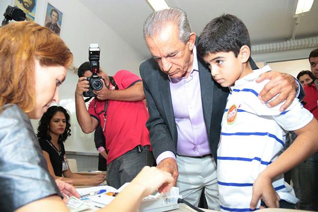 Iris Rezende durante votação, ao lado do neto | Foto: Leandro Vieira\Divulgação