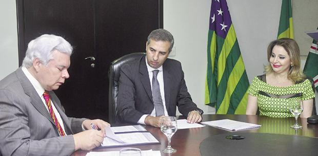 William O'Dwyer, José Eliton e Sâmia ZakZak na assinatura do protocolo: expansão da Roots Alimentos (Foto: Paulo Giovanni)