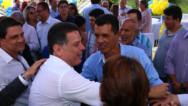 Governador recebe cumprimentos ao chegar à Mansão Cristal (Foto: Fernando Leite)