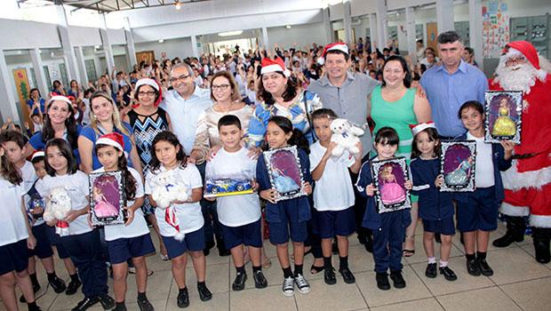 Prefeitura entrega brinquedos como presente de Natal em escolas de Trindade