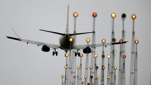 Biden deve restabelecer restrições de voos para cidadãos não-americanos nesta segunda-feira, 25
