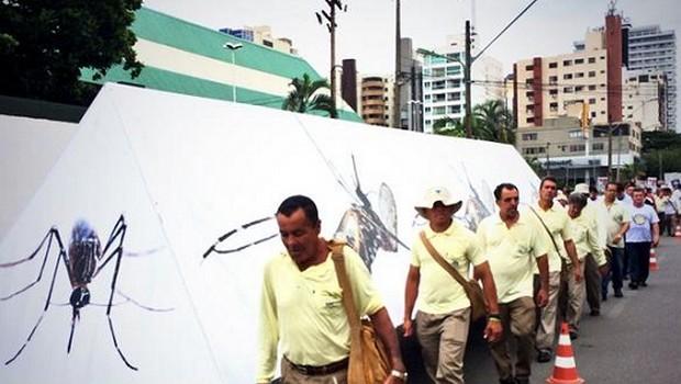 Enterro simbólico do mosquito da dengue chama atenção de goianienses