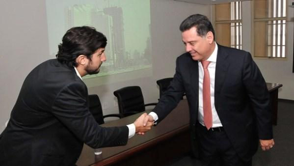 Governador cumprimenta engenheiro da Huber após apresentação | Foto: Laílson Damásio