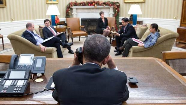 Presidente Barack Obama, em dezembro do ano passado, falando ao telefone com o presidente de Cuba, Raúl Castro / Foto: Pete Souza/ TWH