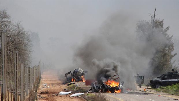 Veículos atacados perto da aldeia de Ghajar, na  fronteira de Israel com o Líbano: ataque com mísseis  do Hezbollah mata dois soldados israelenses  | Maruf Khatib/Reuters
