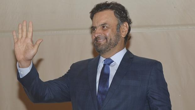 """De volta ao Senado, Aécio Neves aparece com """"novo visual"""" e chama atenção"""