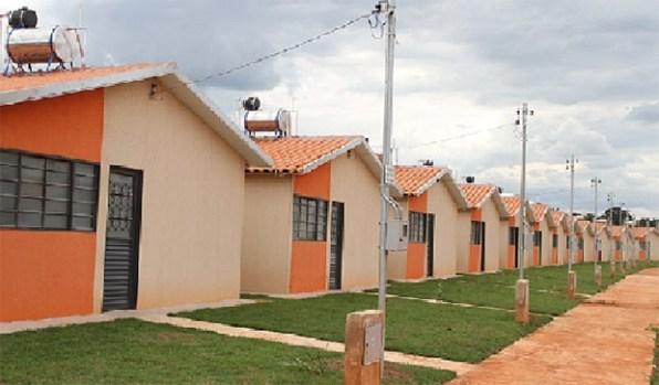 """estamos entregando 1.140 unidades habitacionais, com toda a estrutura de urbanização, asfalto, galeria de água pluvial, meio-fio, calçada e gramado em volta das casas"""""""