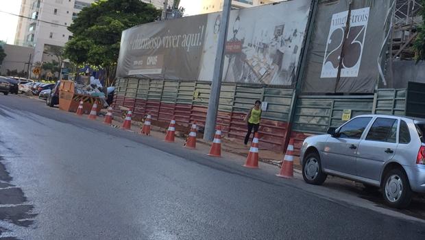 Ilegal, reserva de vagas em vias públicas é cada vez mais comum em Goiânia