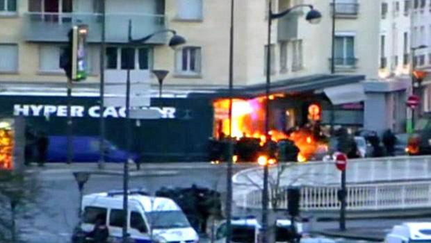 Mercado judeu é invadido e um suspeito morto; reféns saem escoltados