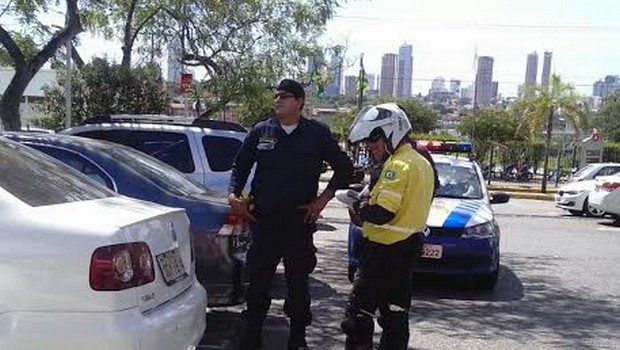 SMT encontra irregularidades no estacionamento do Carrefour e Wallmart, em Goiânia