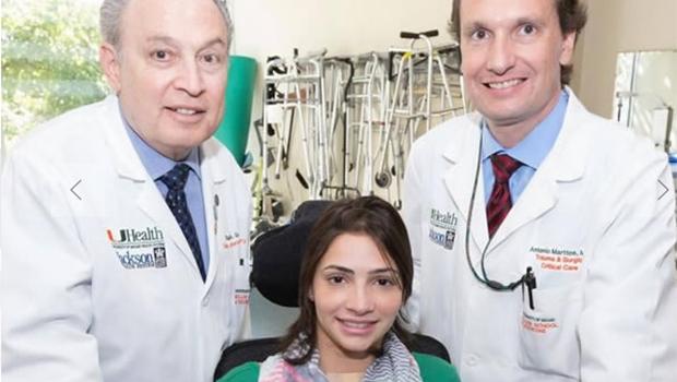 Laís Souza ao lado de médicos que auxiliam na recuperação | Foto: Reprodução/Site Eu Apoio Laís Souza