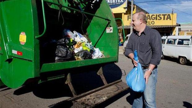 No pico da cris, Paulo Garcia recolhe lixo | Foto: Reprodução