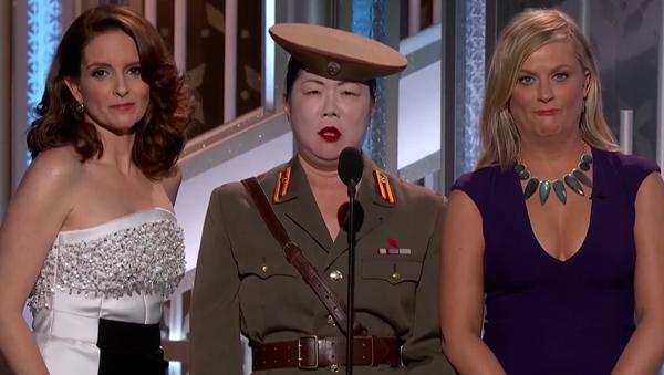 Tina Fey e Amy Poehler ladeiam personagem satírica do ditador norte-coreano Kim Jong-Un | Foto: reprodução / vídeo NBC
