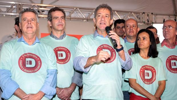 O governador do Distrito Federal, Rodrigo Rollemberg, o secretário de Saúde de Goiás, Leonardo Vilela e o ministro da Saúde, Arthur Chioro, em evento de abertura da mobilização nacional contra a dengue| Foto: Fabio Rodrigues Pozzebom/Agência Brasil