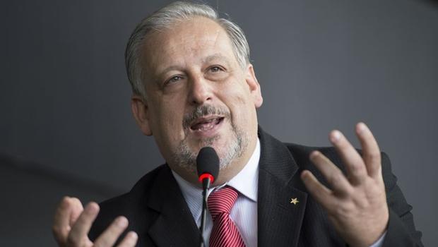 Ministro defende regulação socioeconômica das comunicações no Brasil