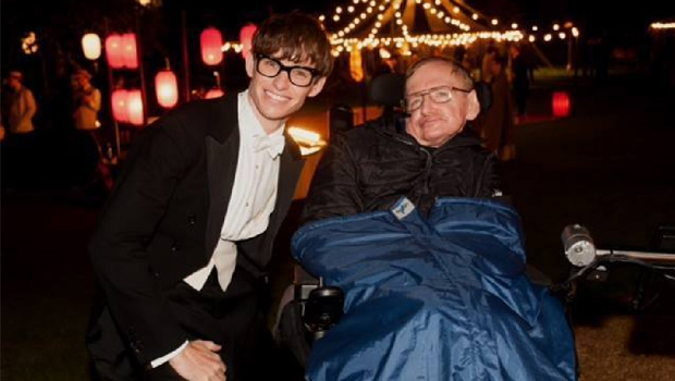 O filme A Teoria de Tudo, sobre Stephen Hawking, discute a ciência e a vida complexa dos indivíduos