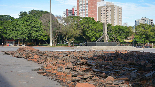 Capa asfáltica começa a ser retirada da Praça Cívica