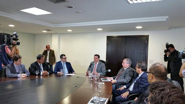 Governador Marconi Perillo (ao centro) reunido com presidente  do Detran, João Furtado, e diretores do órgão, no Palácio das Esmeraldas / Foto: Siga Marconi
