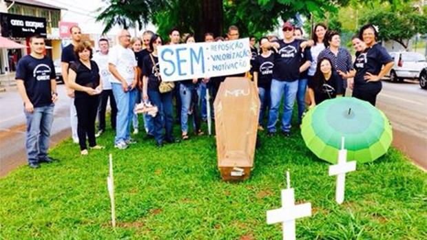 Grevistas em manifestação em frente ao MPF de Goiás, nesta quinta-feira (12) / Foto: divulgação