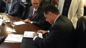Governador assina carta que será encaminhada à presidente | Foto: reprodução / Siga Marconi
