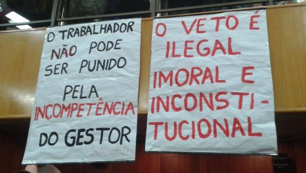 Cartazes ocuparam o plenário durante votação que decidiu pela manutenção do veto do prefeito Paulo Garcia ao projeto da data-base   Foto: Laura Machado