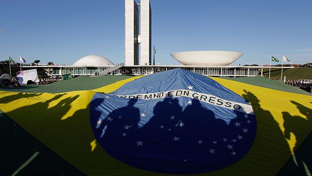 Em 2013, o povo saiu às ruas contra o governo.  Em 2015, a situação se repete e fica a pergunta:  o sistema pelo qual o Brasil é regido faliu?   Foto: Eraldo Peres/AP