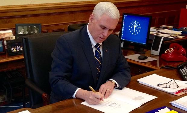 Governador de Indiana, nos EUA, aprova lei que autoriza proibição de gays em comércios e é criticado