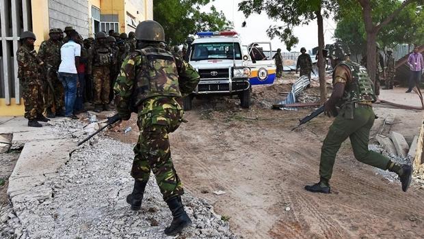 Forças Armadas do Quênia se dirigem à Universidade de Garissa após ataque do grupo Al Shebab | Foto: reprodução/Facebook