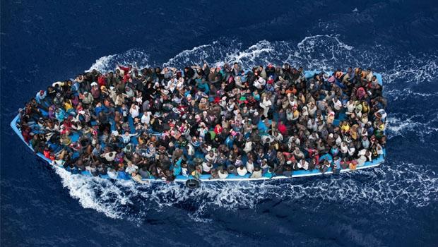 Bote com superlotação transporta refugiados rumo à Europa: para sobreviver, encara-se o risco alto de outra forma de morrer