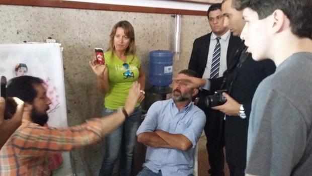De camisa xadrez, presidente do PPS, José Neto, que estava fazendo a exposição | Foto: Sarah Teófilo