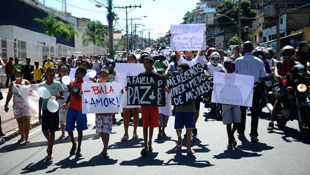 Centenas de moradores do Alemão foram às ruas clamar por paz e justiça na comunidade | Foto: Tomaz Silva/ Agência Brasil