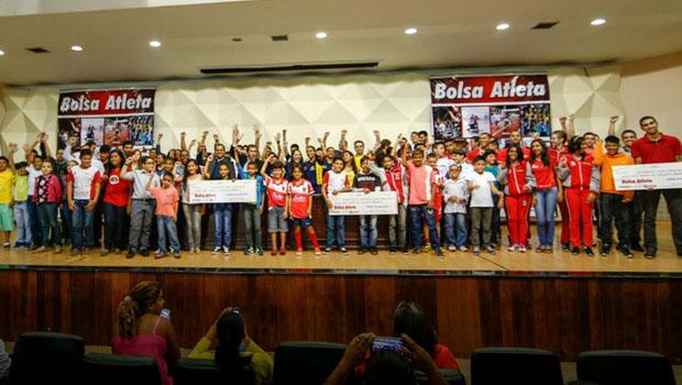 Prefeitura assina convênio do programa Bolsa Atleta com 124 esportistas
