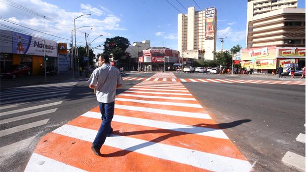 Faixa de pedestre transversal é implantada no centro de Goiânia