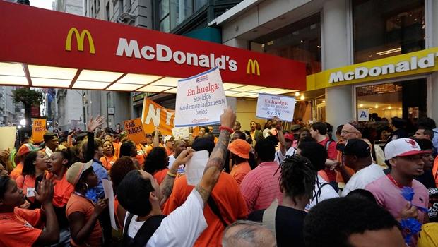 Trabalhadores do McDonald's fazem protesto em Goiânia