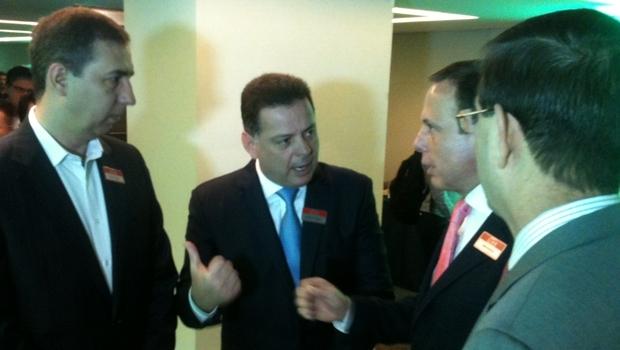 Governador Marconi Perillo (PSDB), ao centro, conversa com o vice, José Eliton (PP) e João Doria Jr., fundador do Grupo de Líderes Empresariais (Lide), durante abertura do 3º Fórum Brasileiro da Indústria de Alimentos   Foto: Marcello Dantas