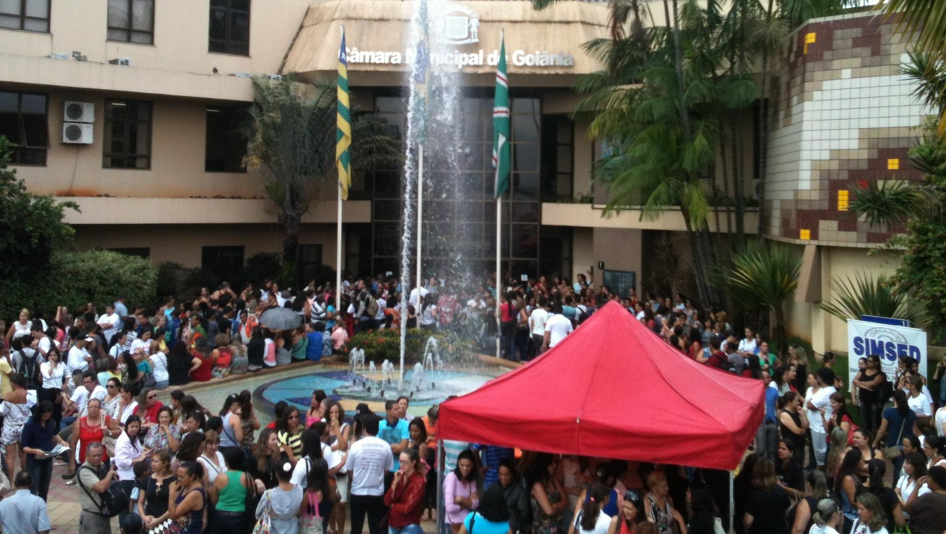 Servidores municipais cogitam greve geral