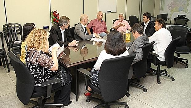 Reunião entre o Simego, Prefeitura e Ministério Público, que resultou na suspensão da greve dos médicos | Foto: Prefeitura de Goiânia