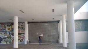 Portas principais da Assembleia foram fechadas. Aviso colado na porta explicava que entrada somente pelos fundos | Foto: Sarah Teófilo