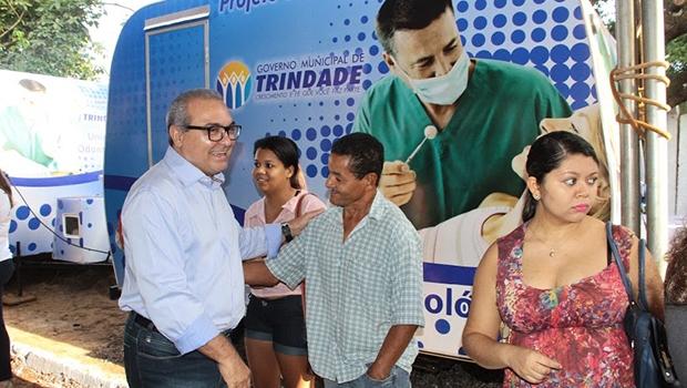 Prefeito Jânio Darrot com populares: administração pelos trindadenses | Foto: Iris Roberto