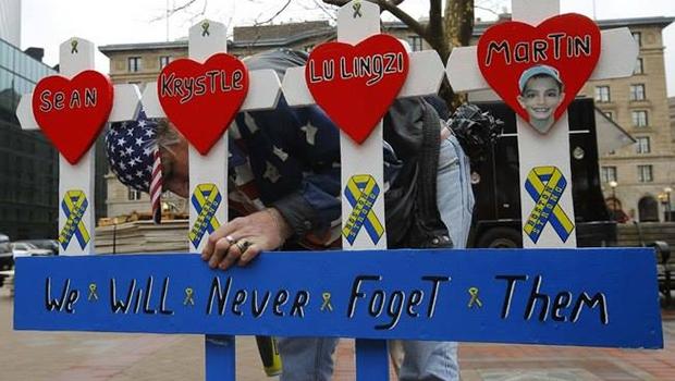 Na rota da Maratona de Boston, morador coloca placa de homenagem a vítimas de atentado: reverência