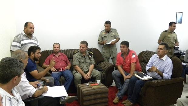 Representantes dos taxistas em conversa com o Coronel Alves   Foto: Bruna Aidar
