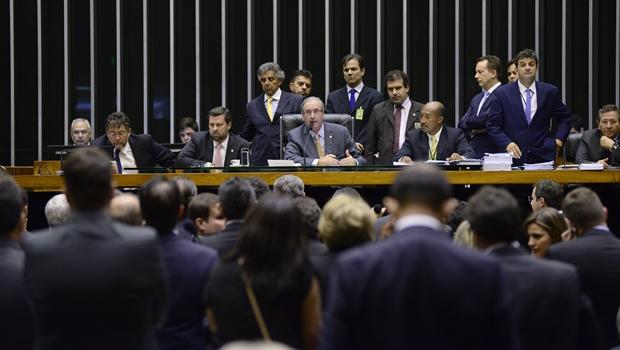 Câmara aprova doações de empresas a partidos e fim da reeleição para cargos executivos