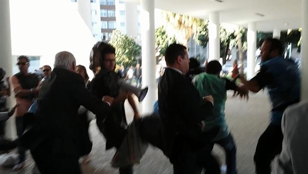 Professores são agredidos pela Polícia Legislativa | Foto: Jornal Opção