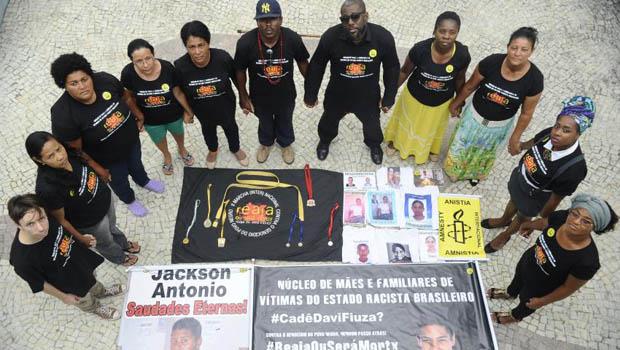 Jovem negro tem 2,5 vezes mais chances de ser morto, diz relatório